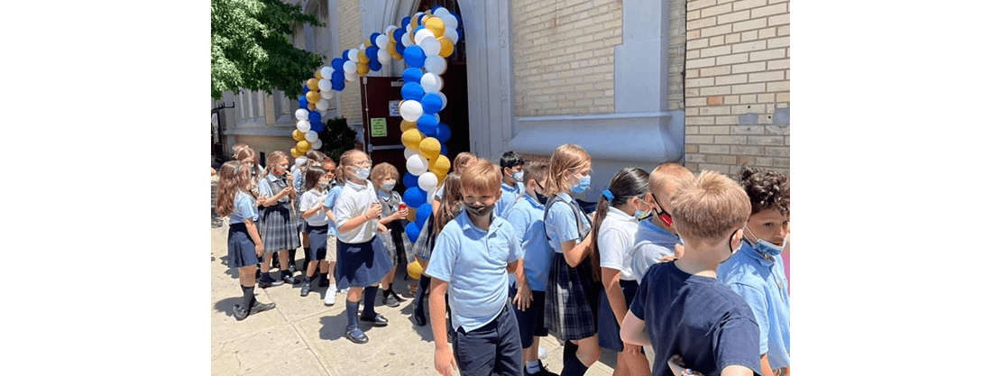 students outside with balloon arch